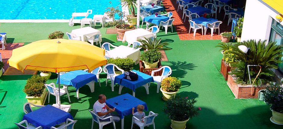 Hotel fronte mare con piscina per vacanze ad alba for Hotel ad asiago con piscina